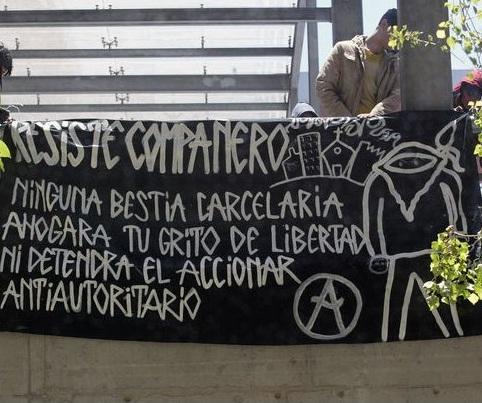 Banner solidarnościowy przed budynkiem sądu